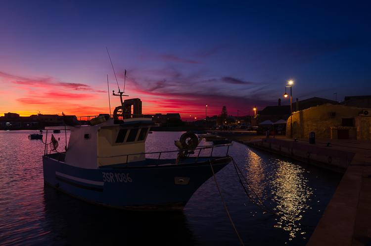 Il porto di Marzamemi al crepuscolo